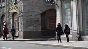 Талисман в костюме rex t в толпе людей идя на тротуар города сток-видео