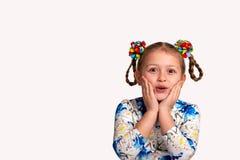 Талия студии вверх по портрету рубашки маленькой девочки нося с печатью и с 2 отрезками провода и смычками цвета на белой предпос стоковое изображение