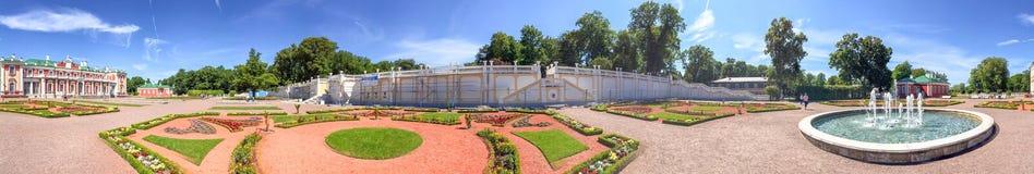 ТАЛЛИН, ЭСТОНИЯ - 15-ОЕ ИЮЛЯ 2017: Замок Kadriorg посещения туристов Стоковые Фото