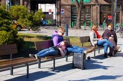 02/05/2018, Таллин, Эстония, пара греется весной солнце Стоковые Фото