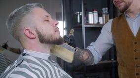 Тальк глоточков парикмахера на щетке Видео имеет коричневую подкраску акции видеоматериалы