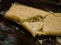 Тамале стиля Oaxacan мексиканское взломанное для показа завалки цыпленка, сваренной в лист банана Мексиканская кухня, перемещение стоковая фотография