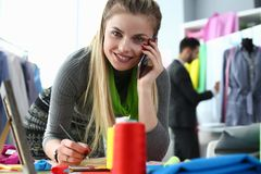 Таможня одевает портняжничать дизайнера обслуживания по телефону стоковые изображения