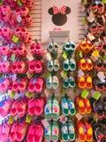 Тампа, США - 10-ое мая 2018: Положите на полку с сериями пар сандалий или Crocs детей мягких резиновых в различном пинке, голубых Стоковая Фотография