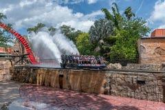 ТАМПА, ФЛОРИДА - 5-ОЕ МАЯ 2015: Привлекательности в садах Tampa Bay Busch Флорида Намочите выплеск стоковое фото rf