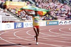 ТАМПЕРЕ, ФИНЛЯНДИЯ, 12-ое июля: Золотая медаль выигрыша ALEMAZ САМЮЭЛЬ Эфиопии в metrs 1500 на чемпионате мира U20 IAAF в Тампере стоковое изображение rf