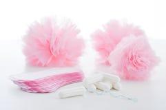 Тампон и санитарные салфетки на белой предпосылке женственный hygien Стоковые Фото