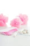Тампон и санитарные салфетки на белой предпосылке женственный hygien Стоковые Изображения