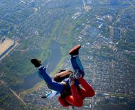 Тандемный прыжок с парашютом из самолета Стоковое Изображение RF