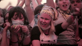 Танец вентилятора подростка веселя в под открытым небом концерте сток-видео