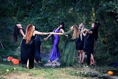 Танец вокруг лагерного костера Стоковая Фотография RF