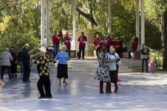 Танец в парке города Стоковое Изображение RF