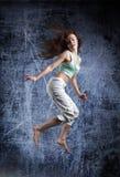 Танец девушки красоты на предпосылке grunge Стоковая Фотография