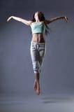 Танец девушки красоты на серой предпосылке Стоковая Фотография