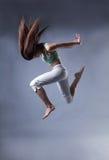 Танец девушки красоты на серой предпосылке Стоковые Изображения