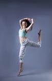 Танец девушки красоты на серой предпосылке Стоковое Изображение RF