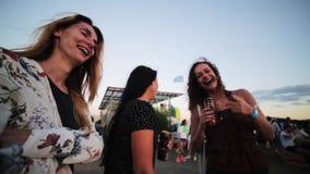 Танец и беседа 3 милый смешной девушек активно в под открытым небом толпить партии пляжа сток-видео