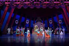 Танец 2 карликовых шимпанзе - второй поступок: пиршество в ` принцессы дворц-былинного ` драмы танца Silk Стоковые Изображения RF