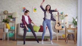 Танец матери и дочери эмоционально видеоматериал