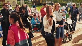 Танец 2 маленьких девочек на песке на фестивале лета люди Улыбка день солнечный сток-видео