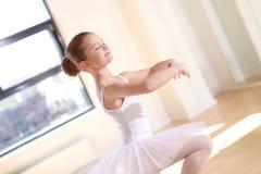 Танец милой девушки балета практикуя на студии Стоковое фото RF