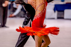 Танец молодых людей и женщин спортсменов Стоковые Изображения RF