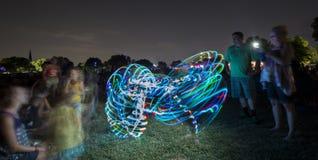 Танец обруча на концерте стоковые изображения