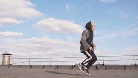 Танец пролома танцев парня танцора на крыше сток-видео