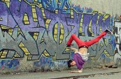 Танец пролома танцев подростка на улице стоковые изображения