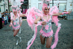 Танец самбы в фестивале Бухареста театра 2015 Stradal с группой Santa Cruz Стоковое фото RF