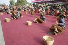 Танец сотен поставленный в Sukoharjo стоковые фотографии rf