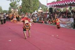 Танец сотен поставленный в Sukoharjo Стоковая Фотография