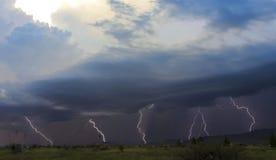 Танец 5 ударов молнии в горах Стоковое Изображение RF