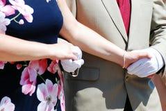 Танец человека и женщины держа руки Стоковое Изображение RF