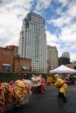 Танец льва в Чайна-тауне, Бостоне во время китайского торжества Нового Года стоковые фото