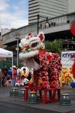 Танец льва в Чайна-тауне, Бостоне во время китайского торжества Нового Года стоковое фото