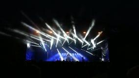 Танец людей на партии музыки видеоматериал
