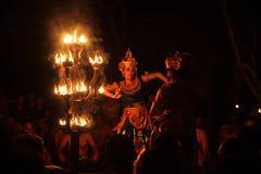 Танец balinise балийского танца женщин традиционный с огнем Стоковая Фотография RF
