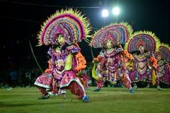 Танец Chhau, индийский племенной военный танец на ноче в деревне Стоковое Фото