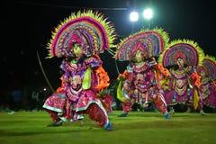 Танец Chhau, индийский племенной военный танец на ноче в деревне Стоковые Фото