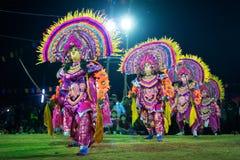 Танец Chhau, индийский племенной военный танец на ноче в деревне Стоковое фото RF