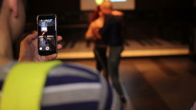 Танец kizomba пар человека shoting на телефоне акции видеоматериалы