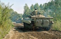 2 танка в движении на проселочной дороге Стоковые Изображения