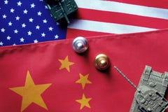 2 танка лицом к лицу на США и предпосылке национального флага Китая См. для того чтобы противоречить между 2 странами нагревает в стоковое фото