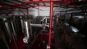 Танки вина в движении винодельни сток-видео