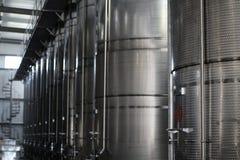 Танки металла для вина в заводе стоковые фото