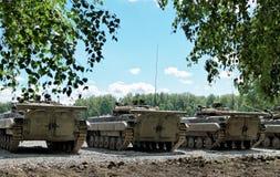Танки построенные в ряд на поле боя Стоковые Фотографии RF