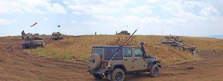 Танки Merkava и израильские солдаты в тренируя armored силах Стоковые Фотографии RF