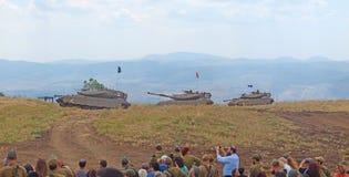 Танки Merkava и израильские солдаты в тренируя armored силах Стоковое Изображение