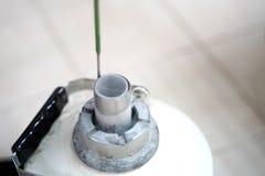 Танк азота жидкостный для держит замерзать спермы стоковое изображение
